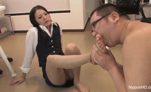 Secretary plays with his cock with her mouth and feet|24,527 views