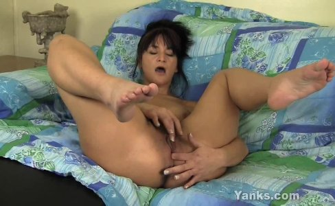 MILF Tara Fingering Her Snatch|3,444 views