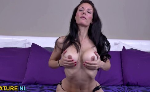 Brunette MILF masturbating in stockings|22,860 views