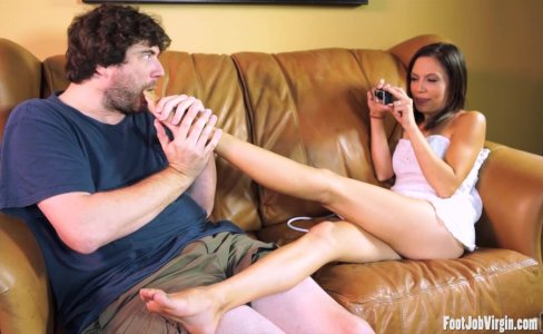 Hot brunette gets her feet worshipped|341 views