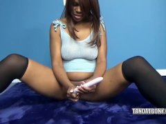 Solah LaFlare stuffs her twat with a dildo