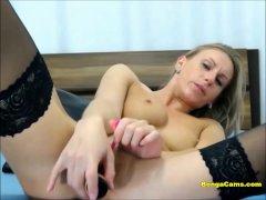 Perrita muy caliente se masturba ante la cámara con placer | Webcam Video