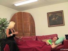 Bob gebruikt zijn neuk boor machine om een vast gebonden blond sletje met clitpiercing te laten squirten | Sex film met Vaginale seks