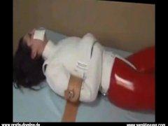 Latex Girl Bondage mit Zwangsjacke