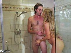 Milfka prekvapí dcérinho prateľa v sprche