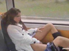 Krass betrunkene Girls masturbieren im vollen Zug