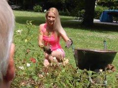 Lekkere blondine geneukt op de bank | Sex film met Vaginale seks