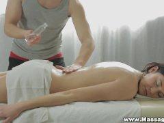 La morena vera waang excita su clitoris abultado con un vibrador