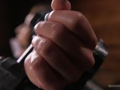 Meesteres martelt tepels van slavin met violet wand - gratis sex film over Sex toys sex.