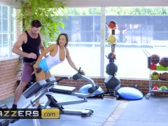 Gym teens Abigail Mac and Nicole Aniston get competitive - Brazzers
