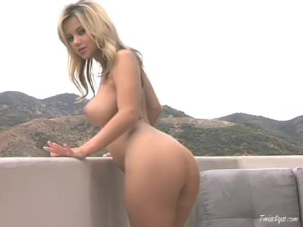 Ashlynn stripping & masturbating outdoors