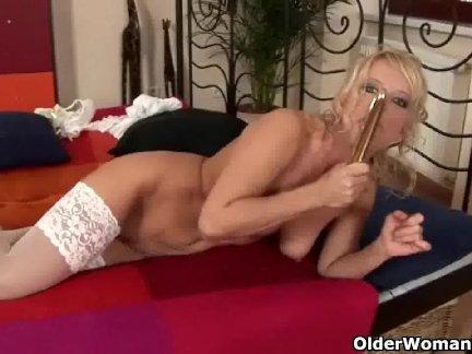 Женщина в чулках дрочит на стуле