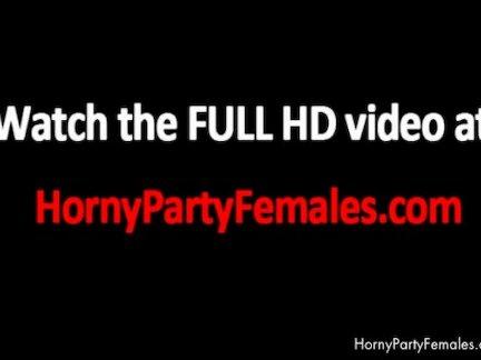 Девушки показывают грудь на вечеринках
