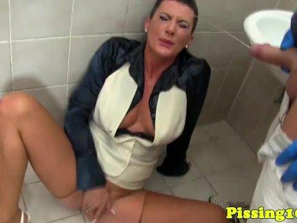 Трахает и ссыт девке в рот в туалете