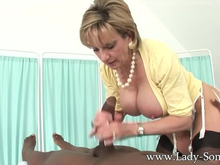 Зрелая тетка мастурбирующая мужику член