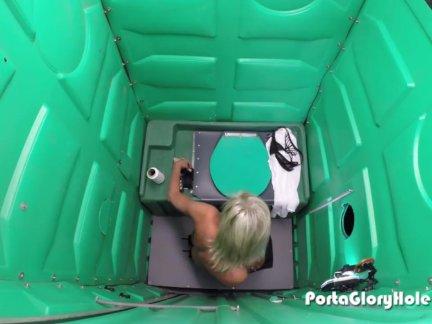 Porta Gloryhole Mature lady sucks cock in por