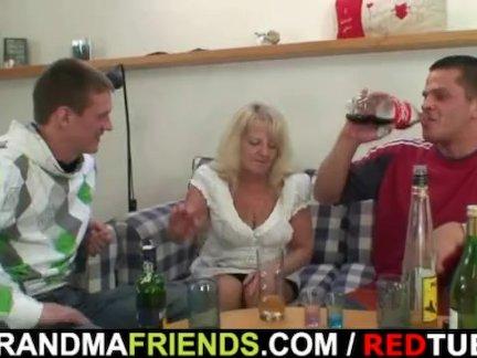 Подглядывающие друзья сына, присоединились к инцесту с его матерью