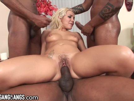 Грудастую блондинку трахают большими членами во все дыры