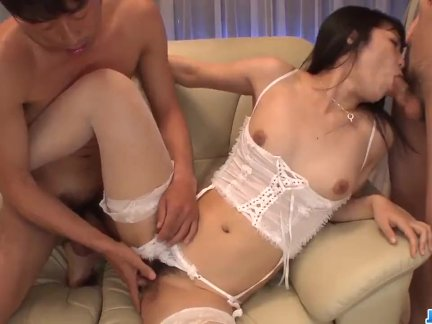 Reo Saionji shows off her nasty side in threesome scenes