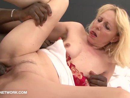 Порнозрелые сын лижит у матери ноги
