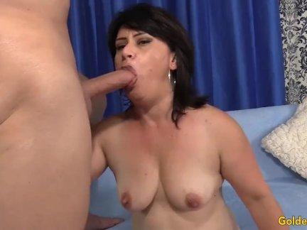 Видео женщину раздели до гола