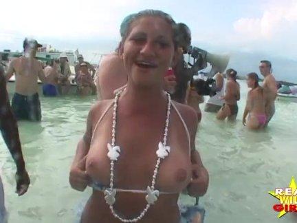 Девушки с большими сиськами на диком пляже