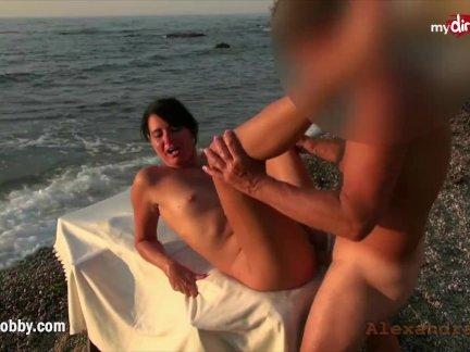 Sexo Em Público De Três Marmanjos Fudendo A Buceta Da Mulher Nua