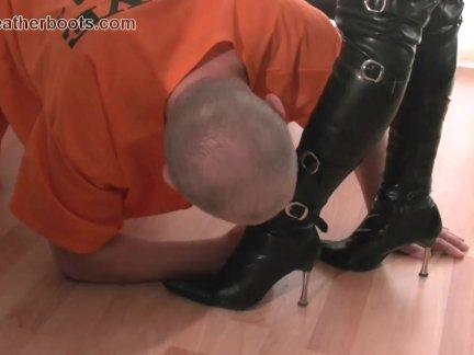 Раб вылизывает сливки с влагалище
