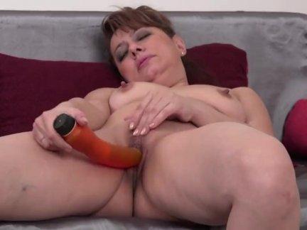 Зрелая дрочит киску порно
