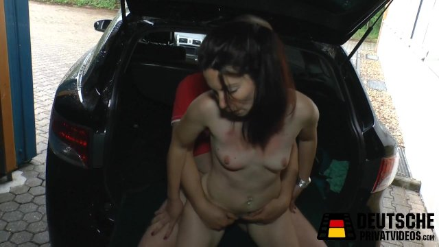 Чувак в багажнике автомобиля трахает знойную брюнетку