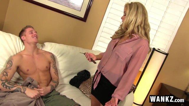Мамаша застукала своего сына за просмотром порнухи и наказала его трахом