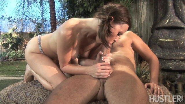 Секс с брюнеткой туристкой на открытом воздухе