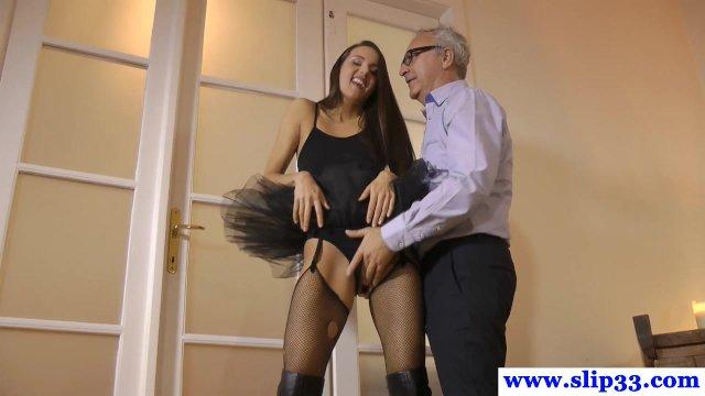 Молодая экстравагантная брюнетка в балетной пачке трахается с пожилым мудаком