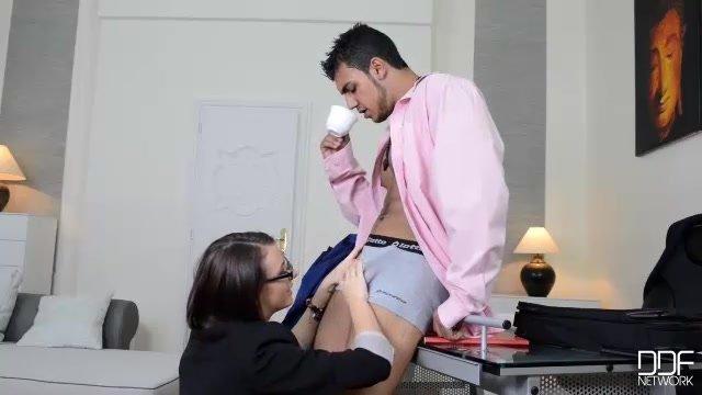 Ротик и влагалище брюнетки секретарши заботливо обслуживают член босса