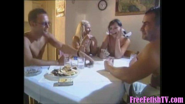 Две парочки немецких свингеров после игры в карты на раздевание трахаются в жопу