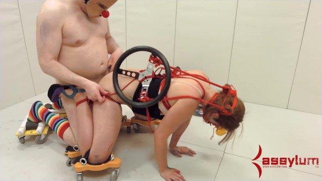 БДСМ Доктор извращенец трахает в жопу психически больную пациентку