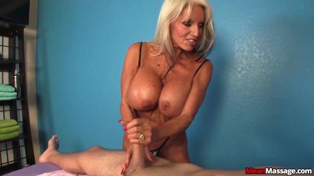 Доминирующая зрелая массажистка с большими сиськами дрочит член клиента