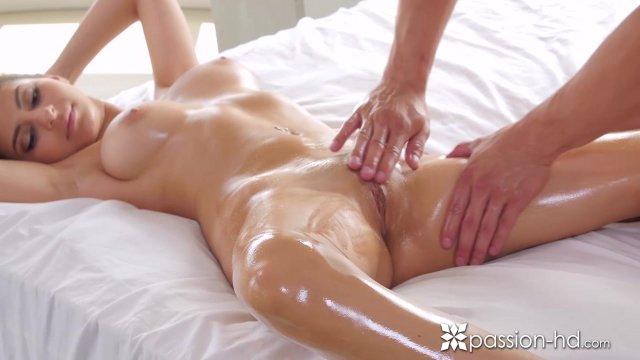 После утреннего массажа секс с любимой брюнеткой