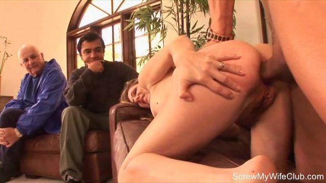 Рогоносец наблюдает за анальным сексом своей аппетитной жены блондинки