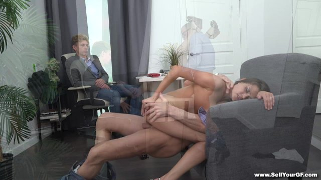 Русская азиатка своим влагалищем решает проблемы мужа с его боссом
