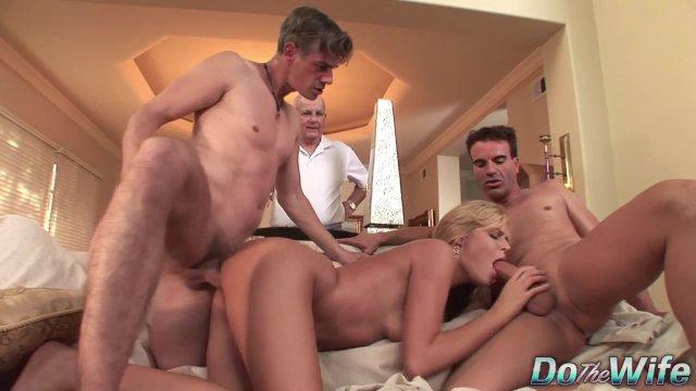 На кастинге красивая блондинка с удовольствием принимает в себя два члена