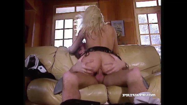 Брюнетка мастурбирует наблюдая за анальным сексом чувака с блондинкой