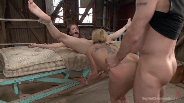 БДСМ В каком то сарае садист трахает в жопу двух связанных рабынь