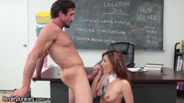 В классе учитель трахает наглую студентку брюнетку