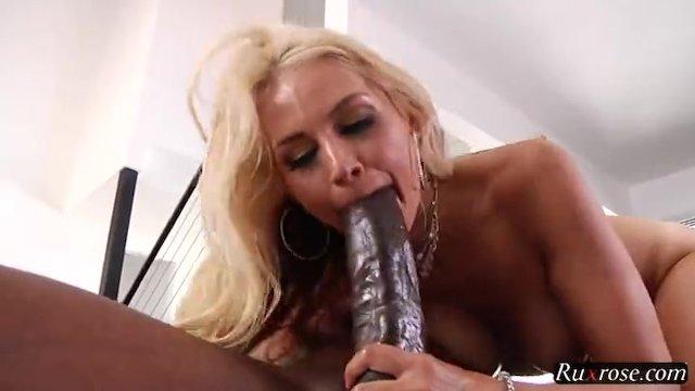 Огромный член негра с трудом входит в рот и в жопу весёлой блондинки