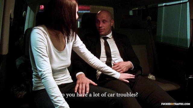 В лимузине чувак трахает проститутку брюнетку