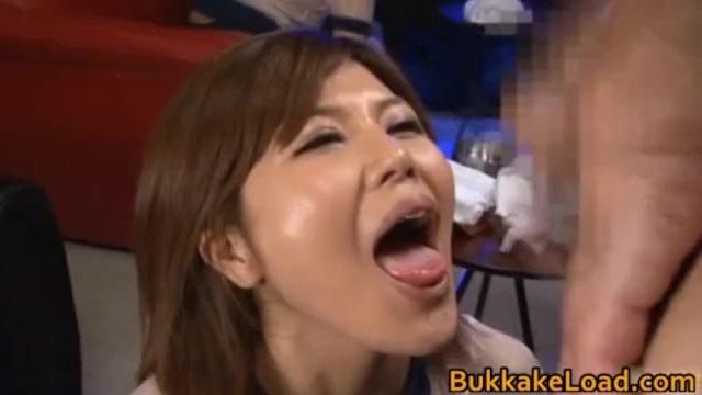 美形の女性の、ごっくん口内発射無料エロ動画!