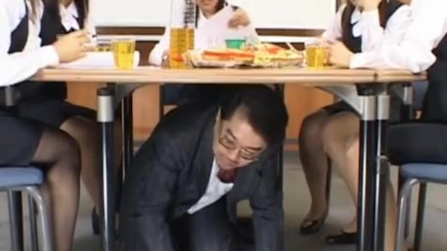 会議室のテーブルの下に潜みOL達のパンチラの覗く変態上司