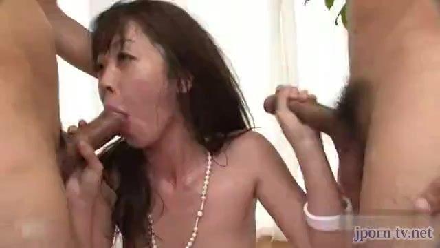 淫乱すぎるパイパン美女とハメ潮3P中出しセックス