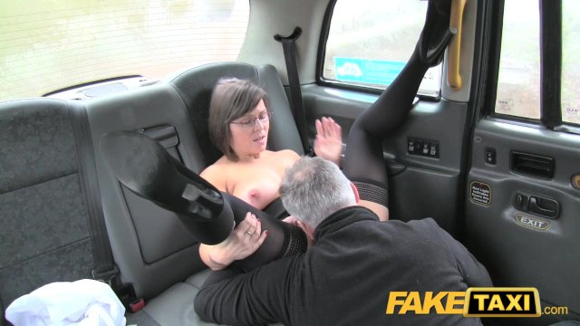 Таксист трахает зрелую мамочку в очках и кончает ей на лицо